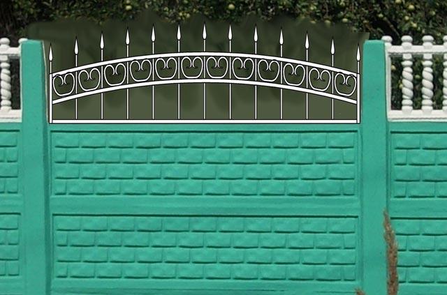 Бетонный забор и кованные элементы