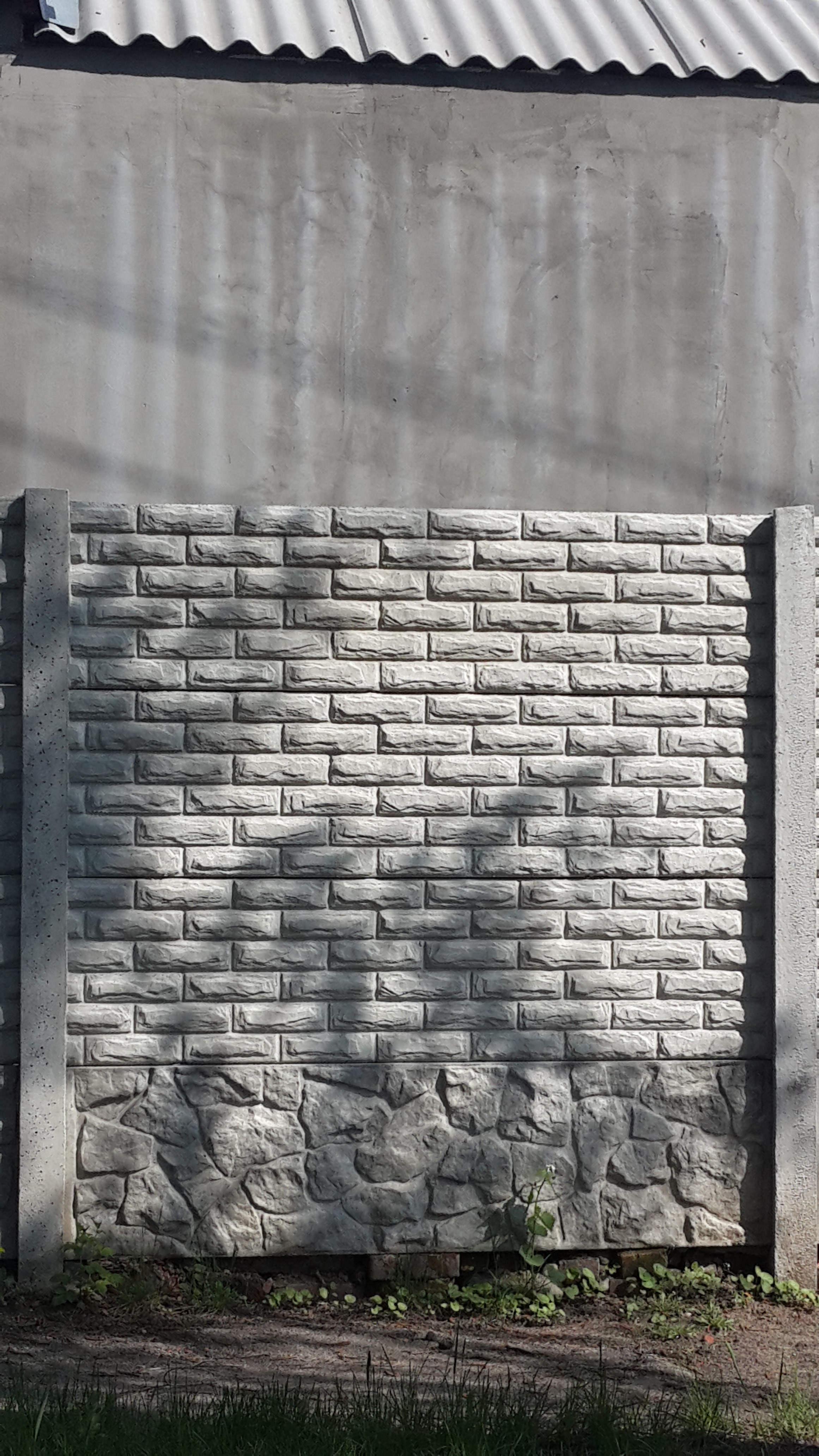 крепкий бетонный забор